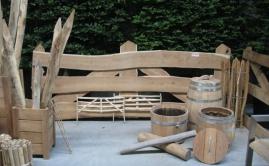 Beurs met plantenbakken, poorten en meubels Robinia (2)