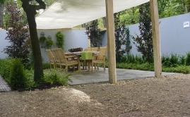 Beurs bloem en tuin, schaduwdoek met ruige robinia palen 15x15cm (1)
