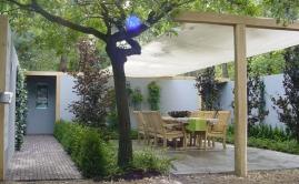 Beurs bloem en tuin, schaduwdoek met ruige robinia palen 15x15cm (2)